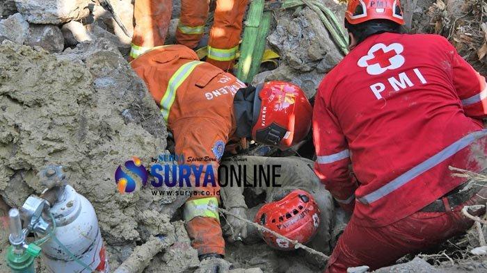 Galeri Foto Evakuasi 2 Pekerja Proyek Box Culvert Tertimpa Tembok di Mayjend Sungkono Surabaya