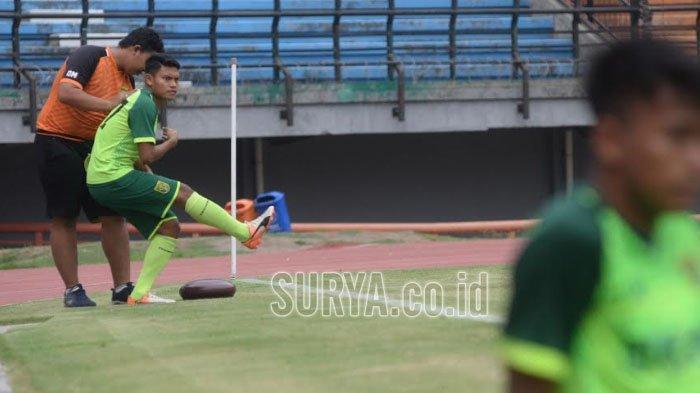 Pemain Persebaya Surabaya Fandi Eko Utomo saat berlatih bersama rekan-rekannya di Stadion Gelora Bung Tomo Surabaya, Sabtu (14/12/2019).
