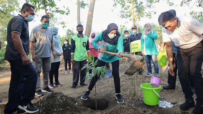 Aksi Tanam Ratusan Pohon PKK Kota Kediri Menandai Peringatan Hari Lingkungan Hidup Sedunia