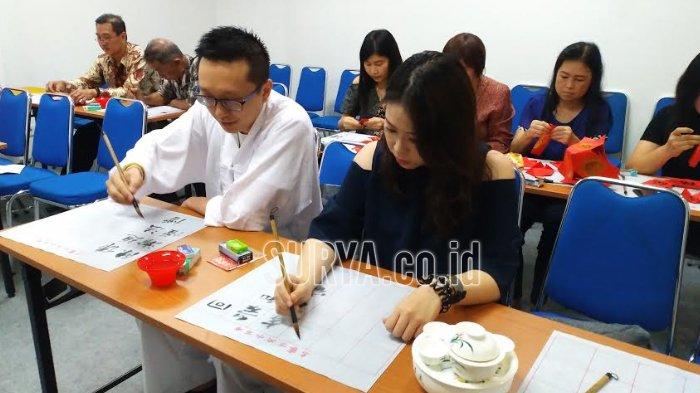 Sambut Festival Bulan, Buat Syair Berbahasa Mandarin dan Makan Kue Bulan