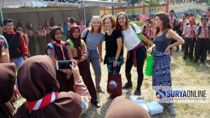 Pembukaan Festival Gunung Kelud 2018, Para Pelajar Sasar Bule Buat Selfie