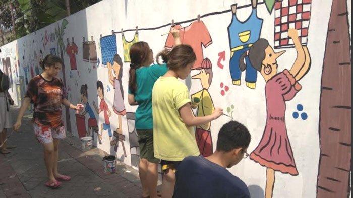 Gandeng Damar Kurung Institute, UK Petra Gelar Festival Mural Kampung di Gresik