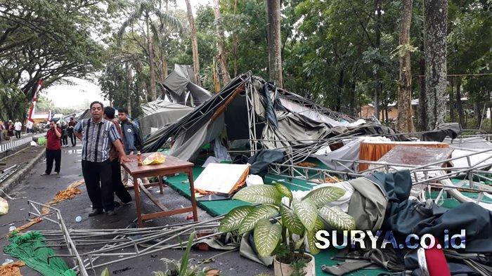 Badai Landa Jember, Deretan Tenda Bazar Festival Tegalboto di Unej Ambruk