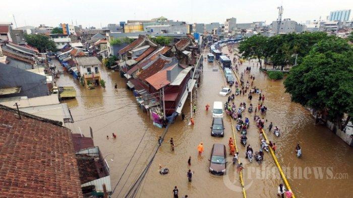 FOTO-FOTO Yuni Shara Dievakuasi dari Rumahnya yang Terendam Banjir Menggunakan Perahu Karet