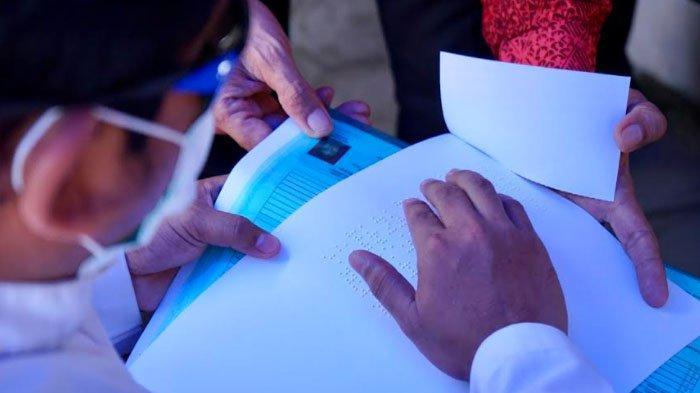 Teman Netra di Kabupaten Banyuwangi Mendapat Dokumen Kependudukan Braille
