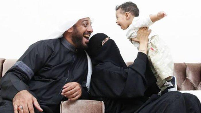 Foto Syekh Ali Jaber bersama istri, Umi Nadia dan anak semata wayangnya, Hasan.
