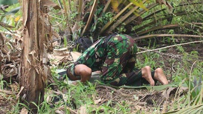 FOTO VIRAL Prajurit TNI Sholat Beralas Daun saat Padamkan Api Karhutla Kalimantan, ini Faktanya