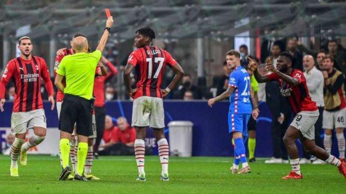 Frank Kessie diusir oleh wasit usai menerima kartu kuning kedua di laga AC Milan vs Atletico Madrid, Rabu (29/9/2021)