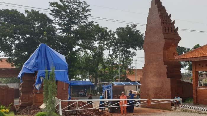 Gapura 9 Meter di Mojo Kembangsore Park Mojokerto Roboh Tersambar Petir