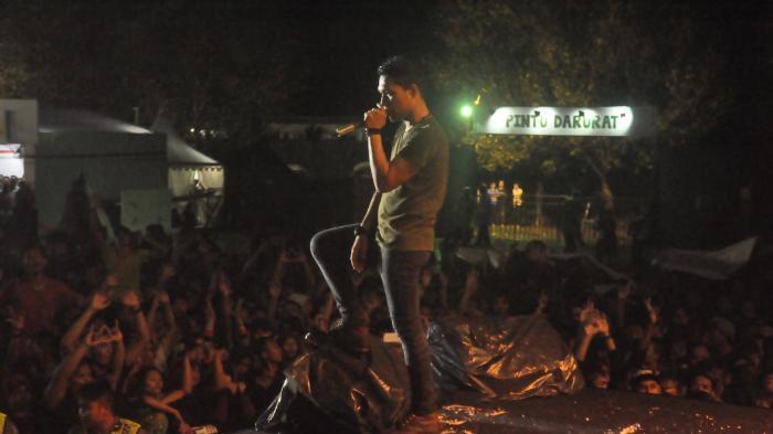 Nikmati Konser Musik di Balik Payung