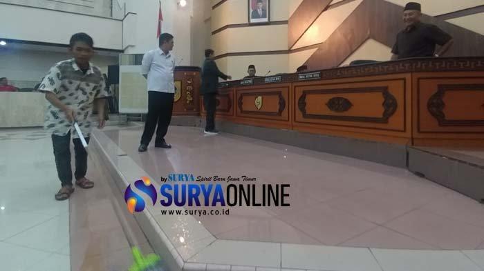 Gedung DPRD Jember Tiba-Tiba Bocor saat Paripurna Hak Interplasi Bupati Faida