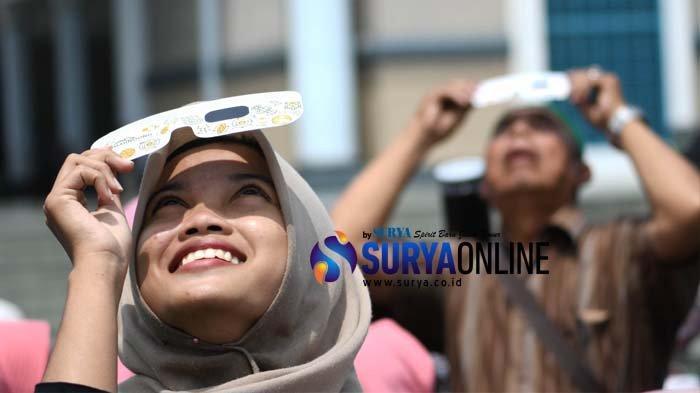 Galeri Foto Nobar dan Salat Gerhana Matahari di Masjid Al Akbar Surabaya