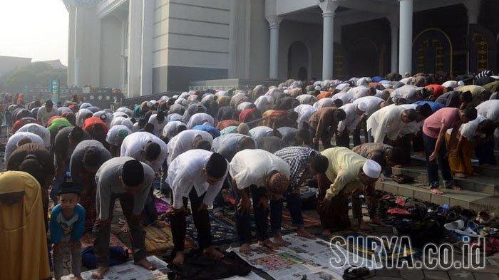 Ribuan jamaah melakukan sholat gerhana matahari berjamaah di Masjid Al-Akbar Surabaya, Rabu (9/3/2016).