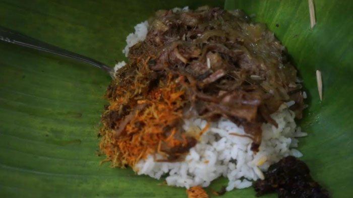 Nasi Krawu Warung Buk Tiban di Jalan Akim Kayat, Trate, Gresik ada sejak 1979.