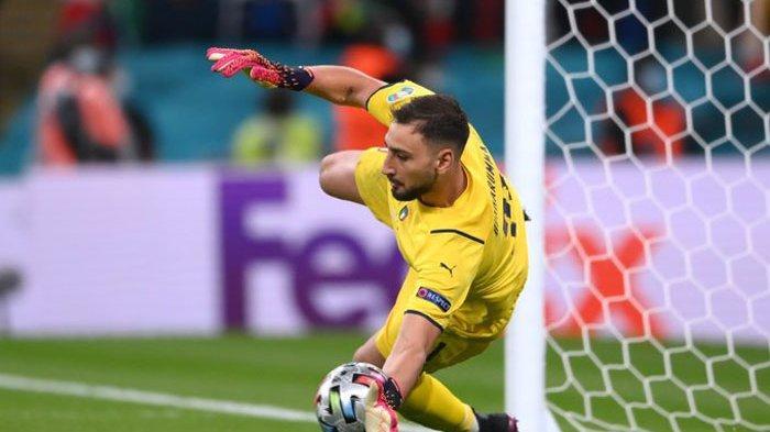 Gianluigi Donnarumma, kiper timnas Italia membendung tendangan striker Spanyol, Alvaro Morata di adu penalti  semifinal EURO 2020. Italia singkirkan Spanyol lewat adu penalti 4-2