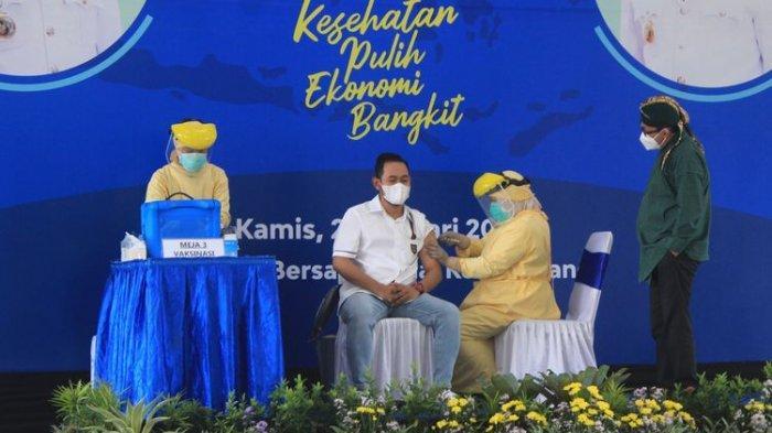 Gilang Widya Pramana saat disuntik vaksin sinovac