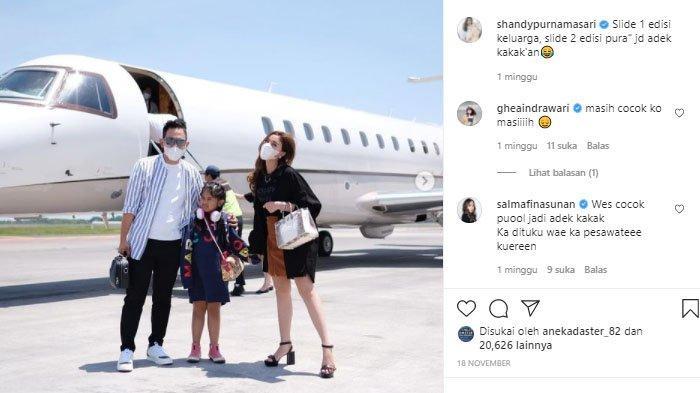 Gilang Widya Pramana bersama istri di depan jet pribadinya.