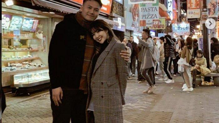 Wijaya Saputra dan Gisella Anastasia saat berlibur di Jepang