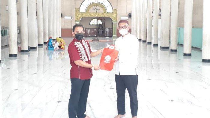 SIG Salurkan Bantuan Ratusan Mukena ke Masjid-masjid di Kabupaten Gresik