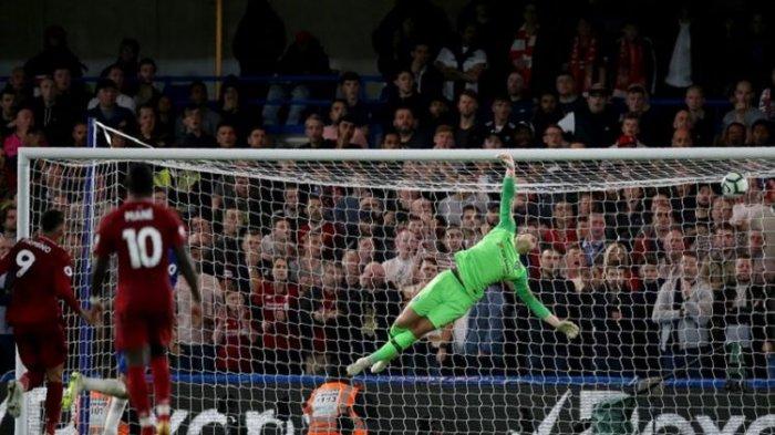 Kiper Chelsea, Kepa Arrizabalaga gagal membendung sepakan keras striker Liverpool, Daniel Sturridge di Liga Inggris, Sabtu (29/9/2018)