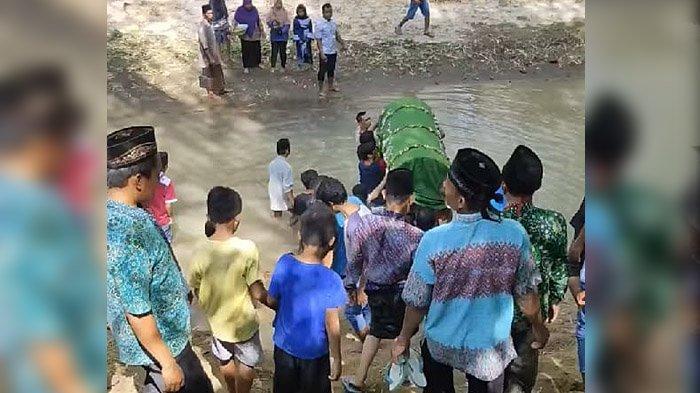 Video Viral Bikin Heboh, Warga Gotong Keranda Jenazah Menyeberangi Sungai di Ponorogo