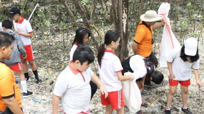 Peringati Hari Sampah, Siswa SD Kumpulkan Sampah di Mangrove Wonorejo Surabaya