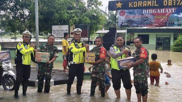 Aksi Simpati Satlantas Polres Gresik terhadap Koramil Benjeng yang Tergenang Banjir Kali Lamong