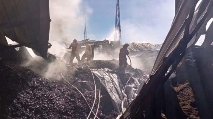 Pabrik Pengolahan Minyak di Kedamean Gresik Terbakar, 8 Unit Mobil Damkar Dikerahkan