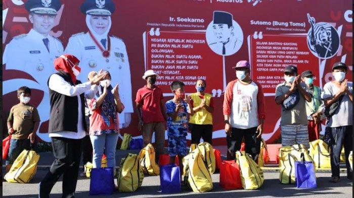 Khofifah Bagi-bagi Sembako untuk Warga Sekitar Grahadi Surabaya sambil Ajak Nyanyi Indonesia Raya