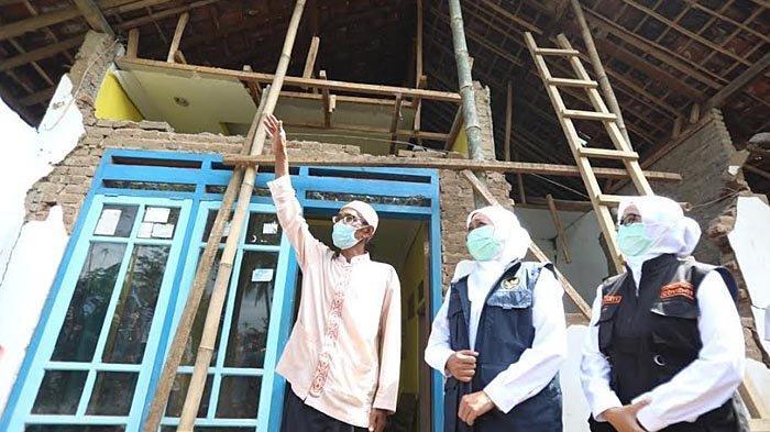 Tinjau Rumah Terdampak Gempa di Blitar, Khofifah Batasi Validasi Rumah Rusak dalam Sepekan