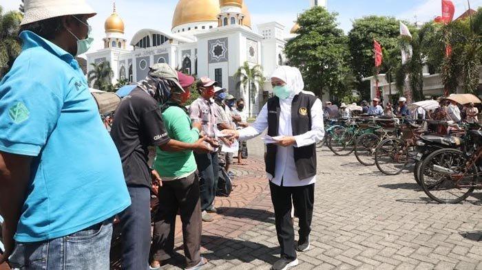 Gubernur Khofifah Bagi-bagi Sembako dan Uang Tunai untuk Ratusan Warga Tak Mampu di Surabaya