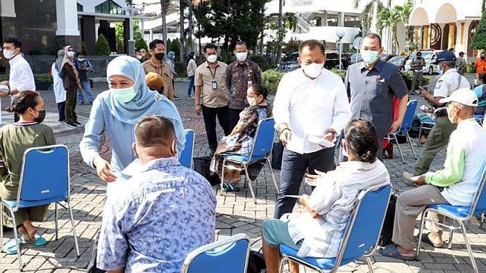 Khofifah Bagi-bagi THR dan Sembako Kepada OB hingga PKL di Sekitar Kantor Gubernur