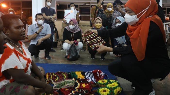 Wisata Malam di Pasar Mama-Mama Papua, Gubernur Khofifah Borong Noken untuk Oleh-oleh