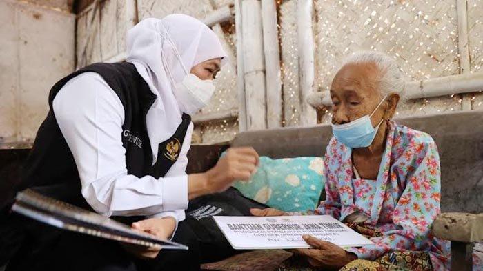 Gubernur Khofifah Bantu Perbaikan Rumah Mbah Marsiya, Lansia Jember yang Tinggal Sendirian di RTLH
