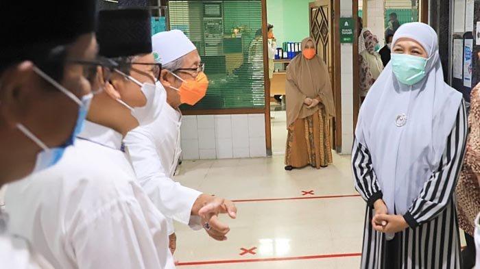 Safari Ramadan, Gubernur Khofifah Salat Tarawih Berjamaah di Masjid Al Falah Surabaya