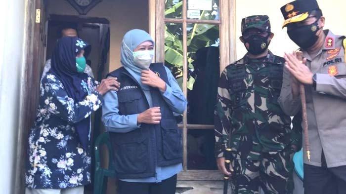 Bagikan Sembako kepada Warga Jombang, Gubernur Khofifah Dapat Bonus Pijat dari Mbah Tuminah