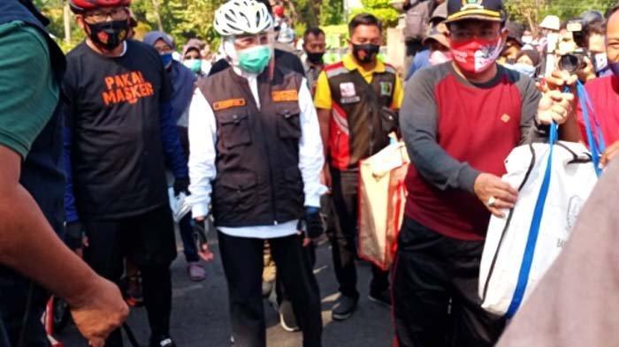 Gowes dan Berbagi Masker, Gubenur Khofifah Sosialisasi Protokol Kesehatan di Sidoarjo