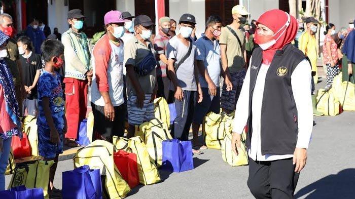 Berbagi Sembako Kepada Warga Sekitar Grahadi, Gubernur Khofifah Ajak Nyanyikan Lagu Indonesia Raya