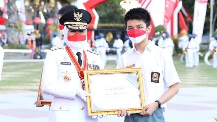 Momen Upacara Penurunan Bendera HUT RI ke-76, Khofifah Bagikan Penghargaan untuk Siswa Berprestasi