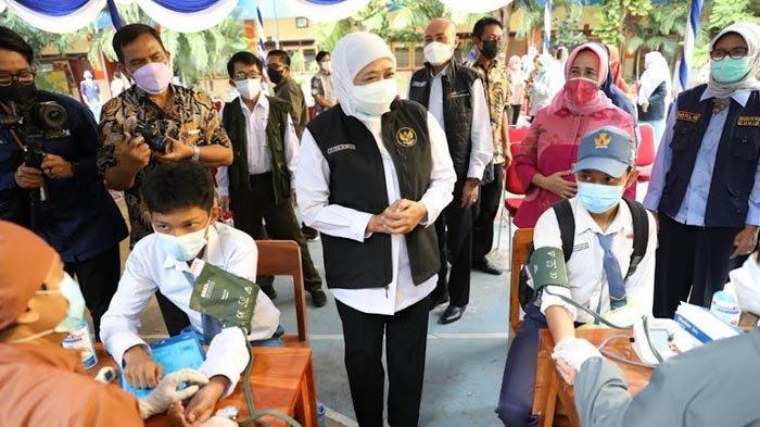 Khofifah Gencarkan Vaksinasi untuk Pelajar, Hari Ini 900 Siswa SMAN 6 Surabaya Disuntik Vaksin