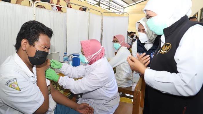 Khofifah Gelar Vaksinasi Serentak untuk Siswa SMA/SMK Negeri Jatim, Per Sekolah Dijatah 1.000 Dosis