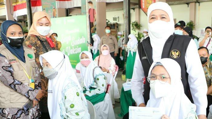 Tinjau Vaksinasi di SMA Khadijah Surabaya, Gubernur Khofifah Minta Maksimalkan Bagi Pelajar Kelas 12