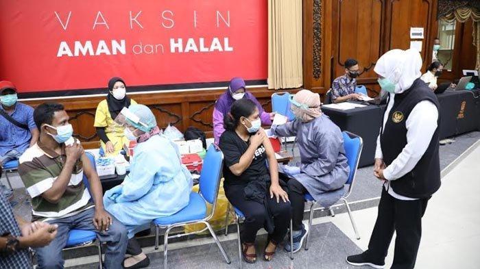 Warga NTT Ikuti Vaksinasi, Khofifah: Siapa Saja yang Berdomisili di Jatim Bisa Mendapat Vaksin