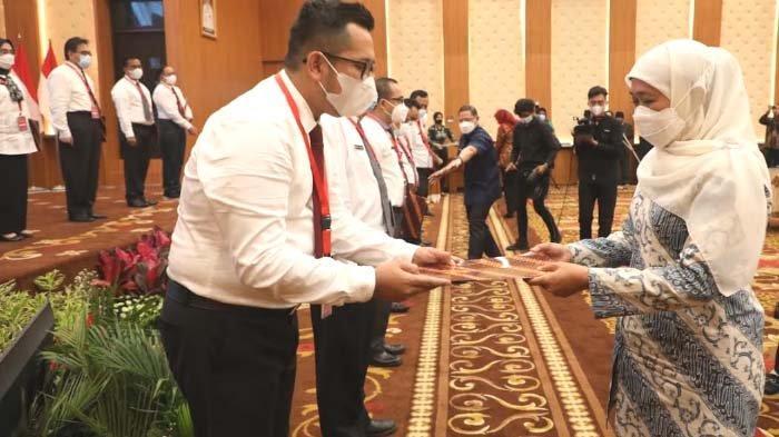 Serahkan SPMT untuk 16 Kepala OPD Pemprov Jatim, Khofifah Minta Pejabat Langsung Tancap Gas