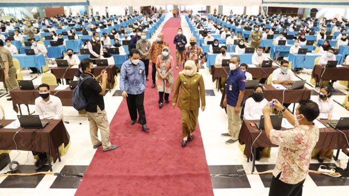 Gubernur Khofifah Beri Motivasi Peserta Tes CPNS dan PPPK Pemprov Jatim di Graha UNESA Surabaya