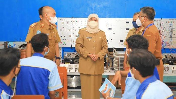 Hari Ini Dimulai PTM Terbatas Bertahap, Gubernur Khofifah Tinjau Proses Belajar di SMKN 7 Surabaya