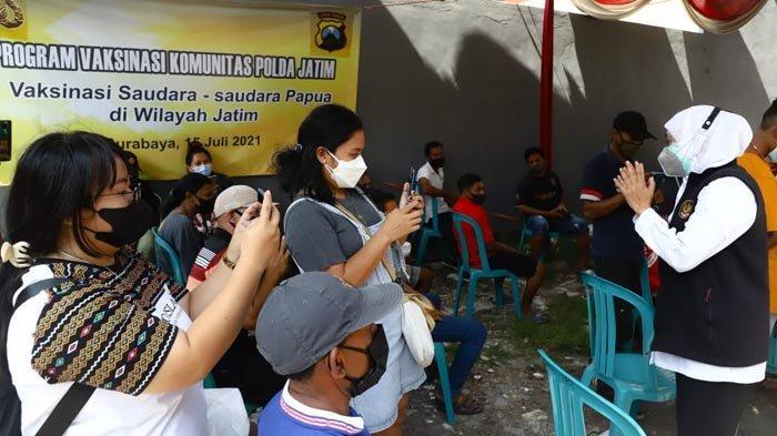 Gubernur Khofifah Bersama Forkopimda Jatim Tinjau Vaksinasi Door to Door Warga Papua di Surabaya