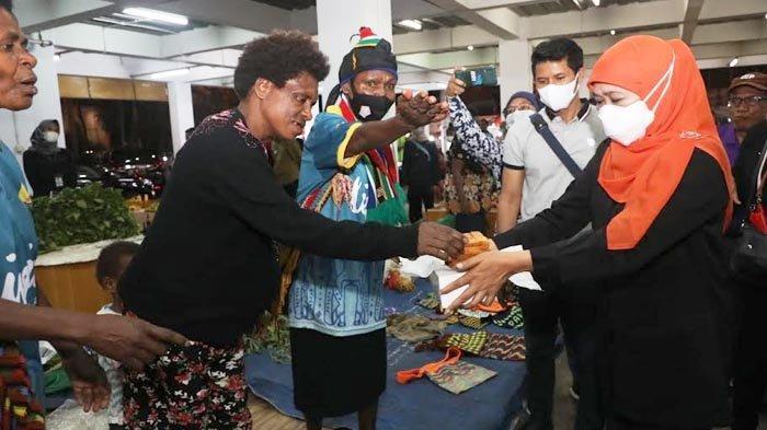 Momen Saat Gubernur Khofifah Berbagi Lapis Surabaya Bersama Mama-Mama Papua