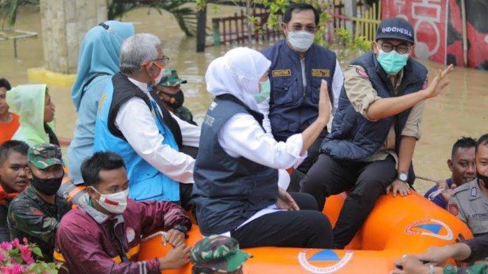 Gubernur Jatim Datangi Korban Banjir di Kabupaten Pamekasan, Ikut Bagi-bagi Nasi Bungkus