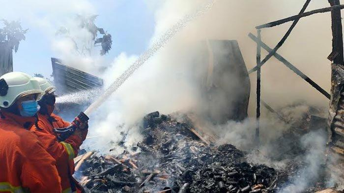 Gudang Barang Bekas di Pungging Mojokerto Terbakar, Warga Setempat Panik